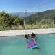 Zwei Little Travel Nixen im Novanta90 Pool
