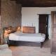 Viel Holz, altes Gemäuer und gemütliche Betten. Hier lässt es sich aushalten