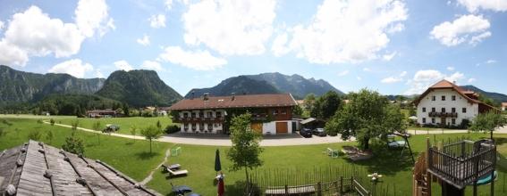 Der Bauernhof und die alte Mühle liegen im fast schon kitschig schönem Bergsetting