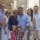 Eure super sympathische Gastgeberfamilie: Links Max Maike, rechts die Schwester Laura mit Ehemann Fabian. Davor: Laura und Fabians Kinder Charlie und Felix. In der goldenen Mitte: Die Großeltern Ute und Ulli