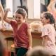 Kinder können in der Kinderbetreuung ein Theaterstück aufführen (hier seht Ihr kleine Schauspieler im Backstagebereich)