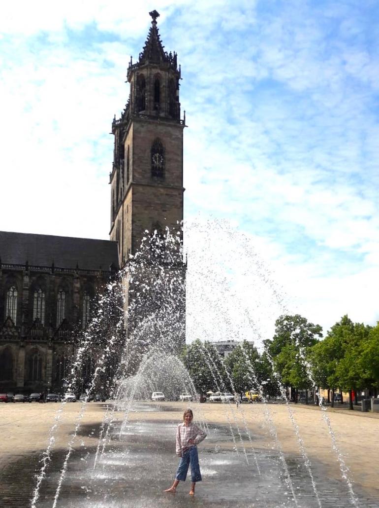 Mutprobe im Springbrunnen in Magdeburg