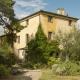 Die alte Villa der Fattoria - so stellen wir uns Bilderbuch-Toskana vor!