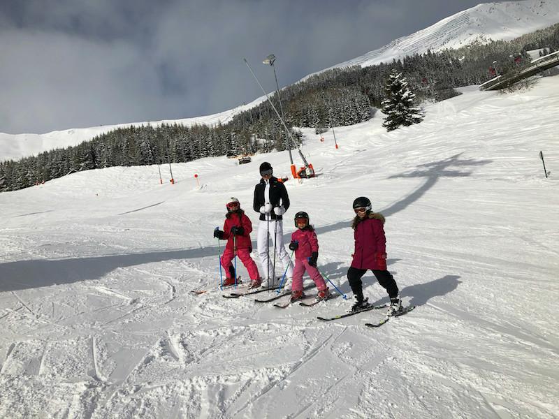 Die Damen der Familie Little Travel beim Skifahren in Fiss