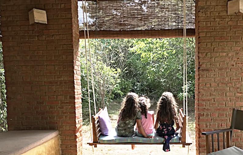 Sogar eine Schaukel hatte das Dschungelhäuschen im offenen Wohnzimmer. Sri Lanka mit Kindern geht nicht besser!