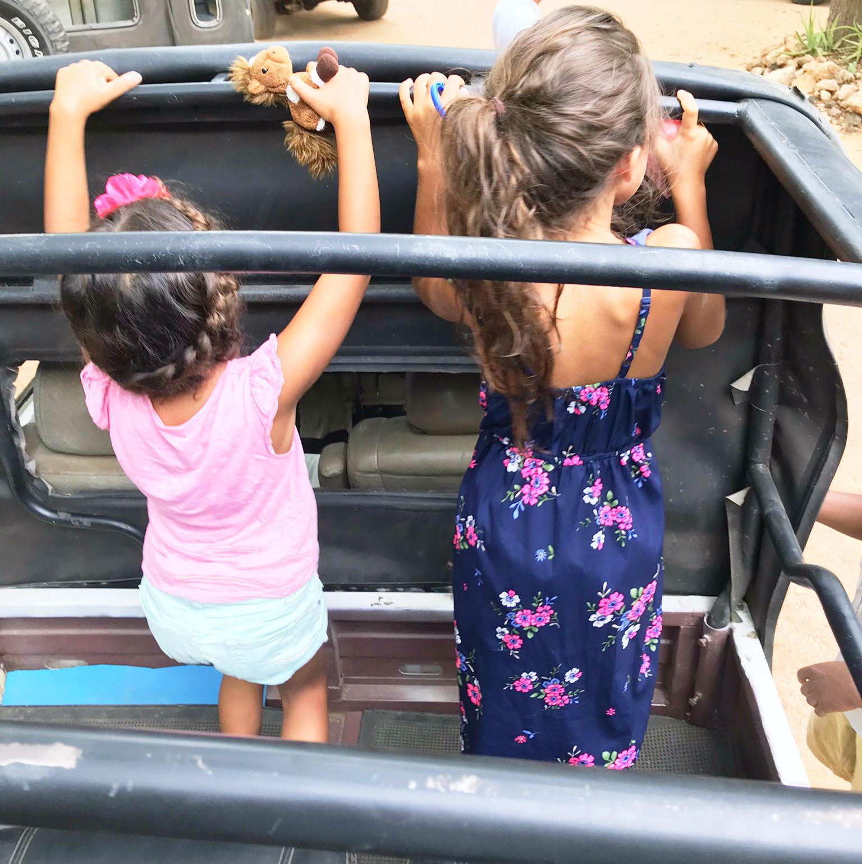 Sonst muss man sich immer anschnallen, hier darf man im offenen Jeep sogar stehen!