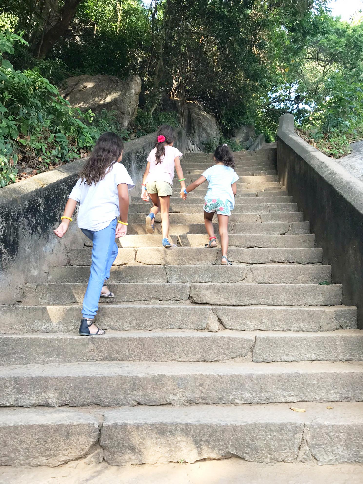 Der Aufstieg zu den Dambulla Höhlen ist definitiv nicht kinderwagentauglich, aber auch für Kinder machbar!