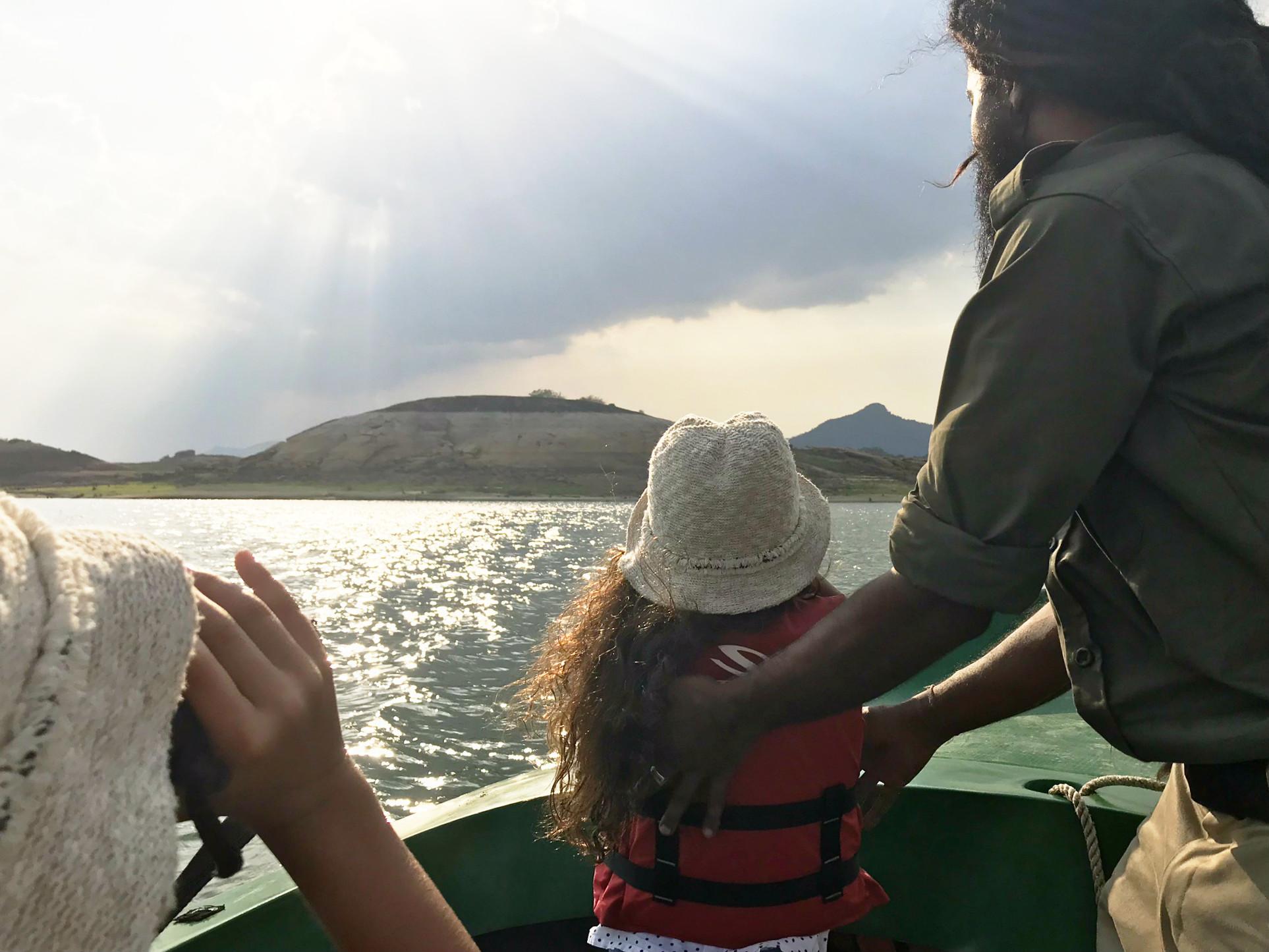 Der Naturalist hat uns im Gal Oya Park nur die Richtung gezeigt. Finden mussten wir Krokodile und Elefanten vom Boot aus selbst...