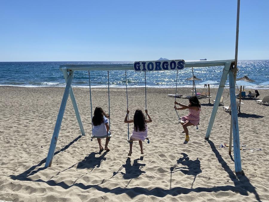 Die Giorgos-Schaukel am Strand von Kalamaki vor dem Restaurant