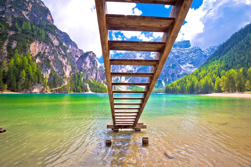Der Pragser Wildsee hat fast schon karabische Farben im Sommer - nur leider ist er nicht ganz so warm wie karabische Gewässer. Die Kinder im Südtirolurlaub stört das jedoch meist kaum!
