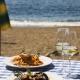 Ein Gläschen Wein aus der hoteleigenen Herstellung im Restaurant Calanova direkt am Strand...
