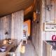 Auch von innen sind die Glampingzelte mit ihrem hellen Holz und dem bunten Geschirr sehr hübsch anzuschauen