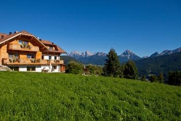 Der Tiefentalhof. Aussenrum nur Wiesen und Berge. @ C. Renzler