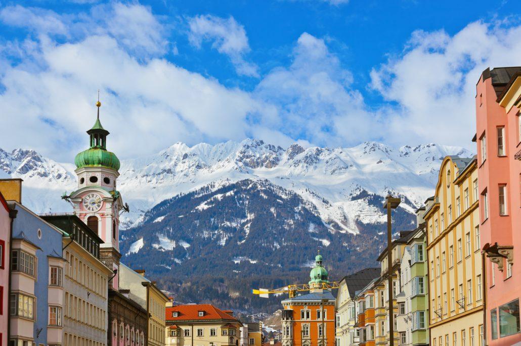 Die Altstadt Innsbrucks vor malerischer Bergkulisse - das sollte man im Familienurlaub in Tirol nicht auslassen!