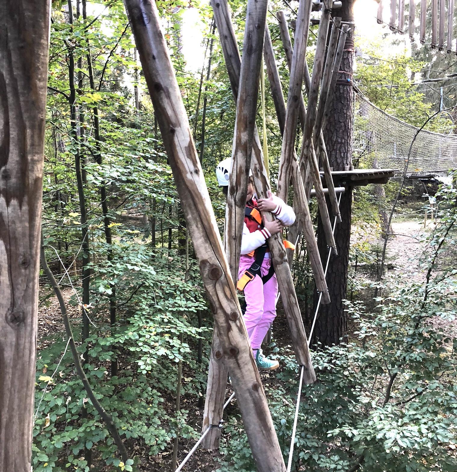 So ganz geheuer war es der jüngsten Mrs Little Travel im Kletterpark in Vaterstetten am Anfang die Angelegenheit nicht...