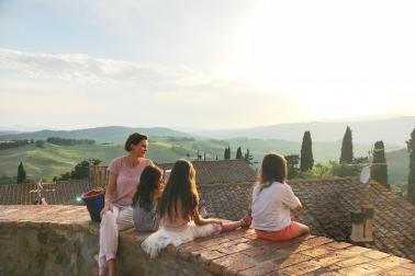 Blick vom hübschen Städtchen Montegemoli auf die schöne Landschaft - selbst die Kinder werden da ganz andächtig! Toskana mit Kindern ist cool!