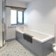 Das geräumige Badezimmer im Cottage Scantlebury