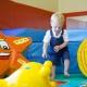 Toben im Sopftplay Spieleschuppen mit Bällebad und Gummitieren