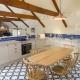 Die Küchen sind alle in blau-weißem Country-Chic gehalten