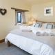 ...als auch große Kingsize-Betten wie hier im Cottage Scantlebury