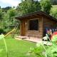 Der Garten des Chalets Alpenrose mit Spielplatz und kleiner Saunahütte